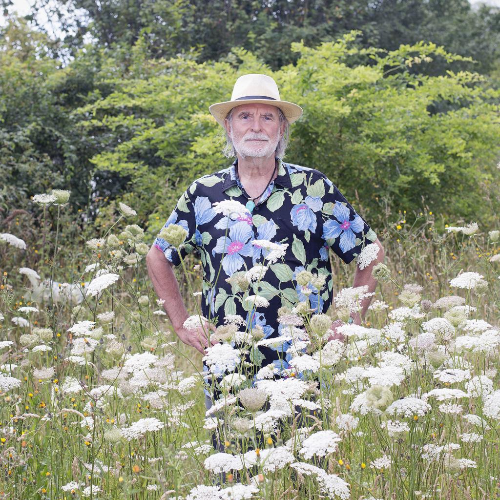 Foto von Dr. Holger Mirek in der Wiese, fotografiert von Stephanie Neumann